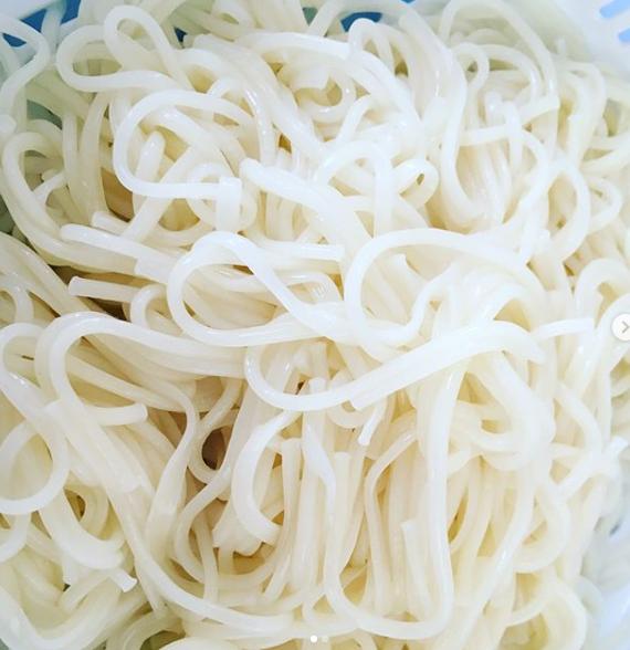 阿波半田そうめん Awa handa somen You dip the Sōmen in a sauce and eat it.